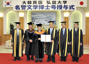 Hongik University Vice President Kim Wan Chul (third from left) entrusts the certificate of honorary doctorate of literature for Mr. Ikeda, to Soka University President Hideo Yamamoto