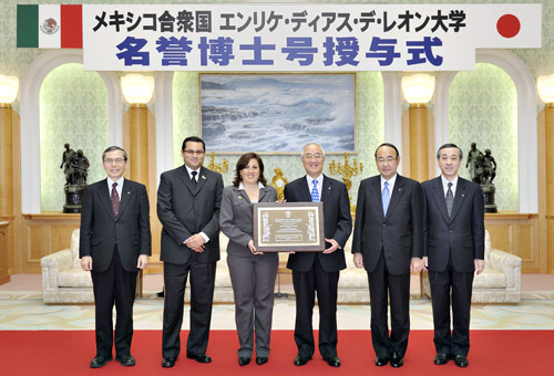 Vice President Robles of Enrique Díaz de León University entrusts the honorary doctorate plaque for Soka University founder Ikeda