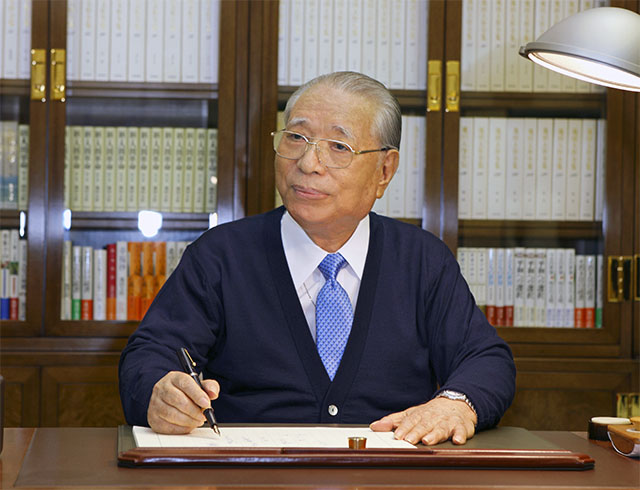 Daisaku Ikeda writing at his desk