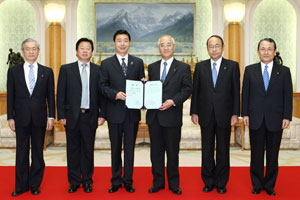 Hebei University President Wang (third from left) presents Soka University President Yamamoto with the honorary professorship certificate for Mr. Ikeda