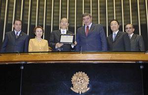 Deputy Gervásio Silva (3rd from right) entrusts award for Mr. Ikeda to SGI-Brazil Sr. Vice General Director Kensuke Kamata (3rd from left)