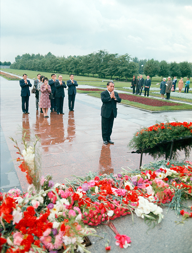 Ikeda places a wreath and offers prayers at the Piskarevskoye Memorial Cemetery