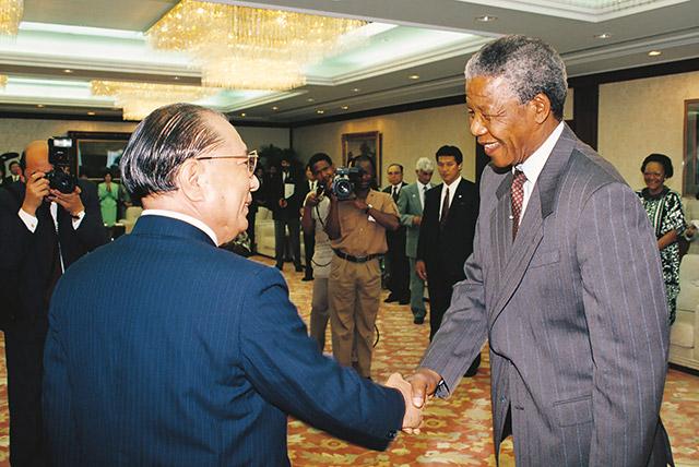 Daisaku Ikeda welcomes Nelson Mandela to Tokyo