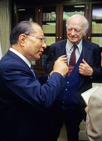 Nobel Peace Laureate Linus Pauling and Ikeda in Los Angeles, 1990