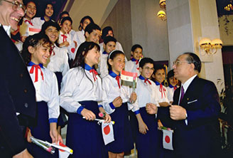 Ikeda talking with member's of a children's choir in Cairo
