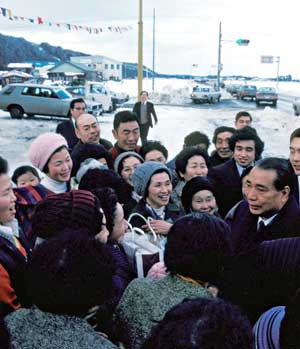 Ikeda talks with Soka Gakkai members in northern Japan